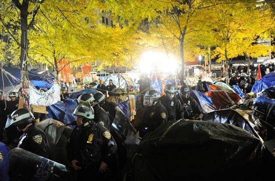 紐約警察對祖科蒂公園強制清場。