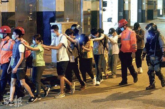 暴徒排队自首。图源:香港《明报》