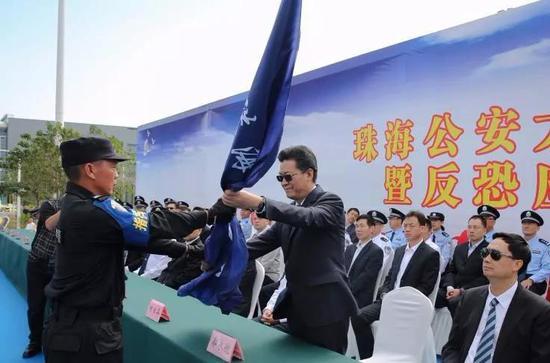 市委书记、市人大常委会主任郭永航出席活动并为市公安局蓝箭突击队授旗。