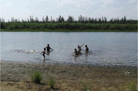 正在湖中游玩的西伯利亚儿童(美联社)