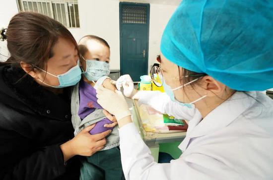北京通州,大夫正在为儿童接栽流感疫苗