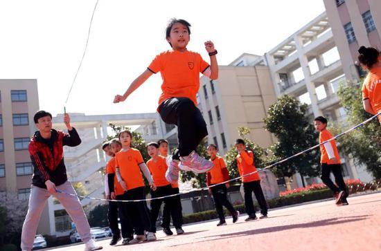 学生在课间练习花样跳绳 解琛 摄