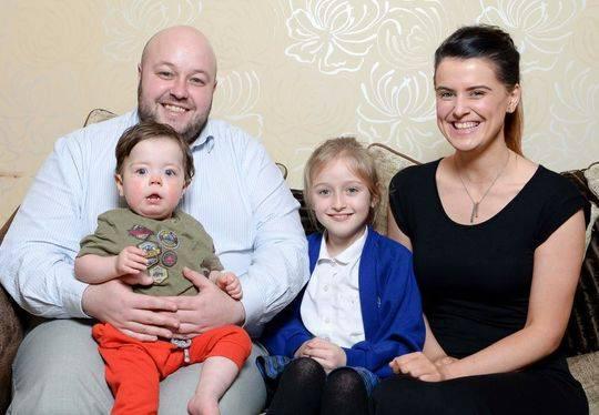 西奥以及爸爸史蒂文、妈妈福芙、八岁的mm莱拉在一起
