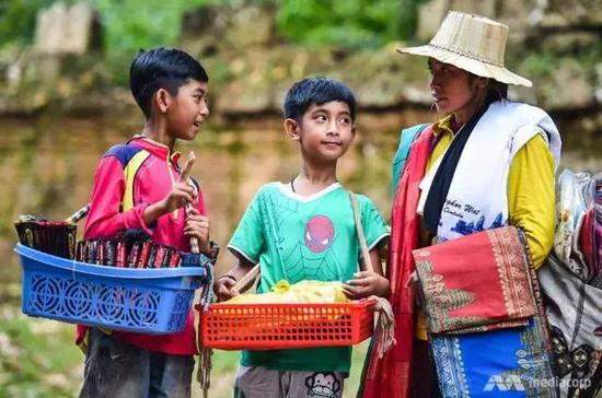 ▲萨利克、弟弟和妈妈每天都在景点附近售卖祝贺品 图据新添坡亚洲消息台