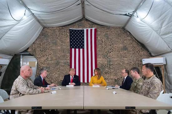 ▲2018年12月26日,伊拉克阿萨德空军基地, 美国总统特朗普偕第一夫人梅拉尼娅,于圣诞节后对伊拉克进走了突访,并与美国在当地的政治和军事人员会面。