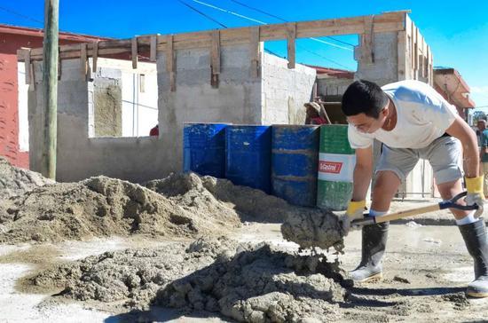2月6日,那伟建在古巴首都哈瓦那雷格拉区帮助当地受灾民众重建房屋。 新华社发(华金·埃尔南德斯摄)