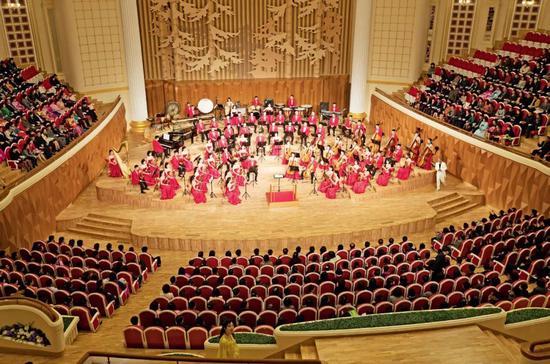 4月15日,太阳节当天,三池渊管弦乐团在2018年落成的三池渊管弦乐团剧院举行文艺演出。摄影/汪许凯