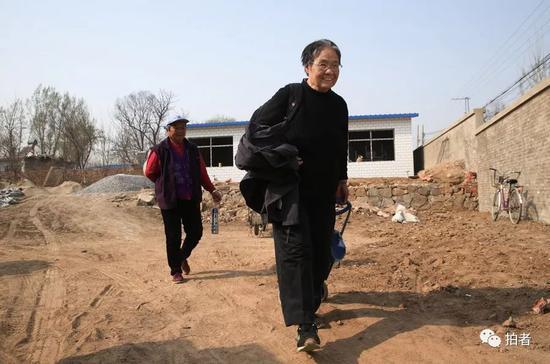"""在了解完新房建设状况后,严敏文返回""""小课桌""""。3月份房子顺利动工后,为了随时和工人们沟通,严敏文干脆住在了村儿里,每隔十天半个月才回北京一次,""""我就为回去洗洗澡,拿点换洗衣服""""。新京报记者尹亚飞摄"""