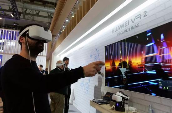 2019年2月28日,在西班牙巴塞罗那,一名男子在世界移动通信大会上的华为展区体验虚拟现实(VR)游戏。新华社记者郭求达摄