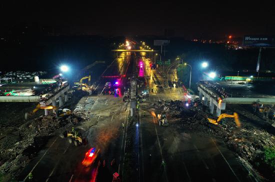 芙蓉大道京滬高速跨線橋拆除施工現場(新華網)