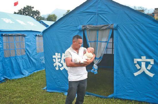 ▲昨日,双河镇中心学校的操场上支起了安置帐篷,受灾村民在安置点休息。