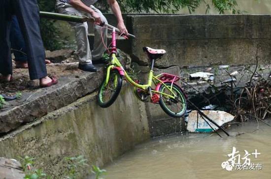 事后村民从河中捞起的单车。