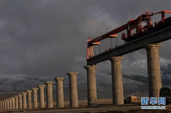 (图为青藏铁路在施工建设中 2005年5月15日 新华社记者 觉果 摄)