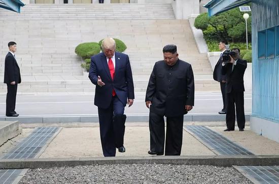 6月30日,在板门店朝方一侧,朝鲜最高领导人金正恩(右)与美国总统特朗普会面后,跨越军事分界线来到韩方一侧。新华社/纽西斯通讯社