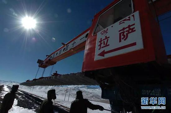 (图为2004年青藏铁路建设者在铺轨建设 新华社记者 觉果 摄)