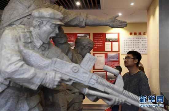 人们在广西灌阳县的新圩阻击战陈列馆内参观(6月28日摄)。 新华社记者 陆波岸 摄