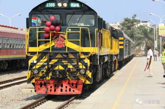 列车驶进洛比托车站