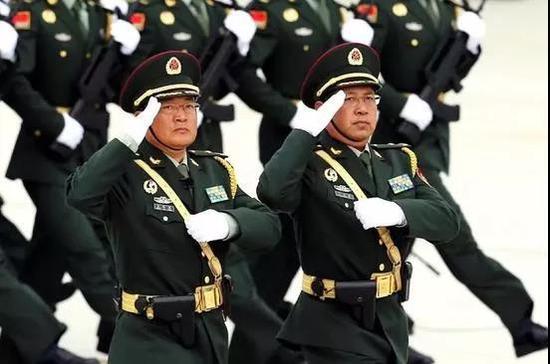 王印芳(左)