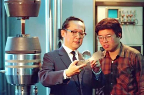 高镇同请示弟子傅惠民进走科学研究。北航宣传部供图