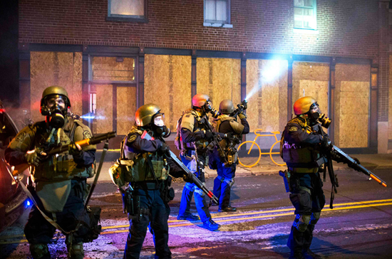 恢復秩序的防暴警察。