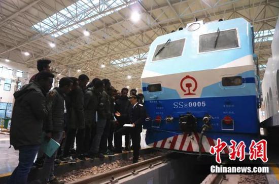 埃塞俄比亚学员在中国学习开火车 韩章云 摄