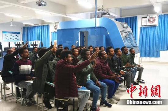 课堂上非洲学员积极回答老师的问题 韩章云 摄