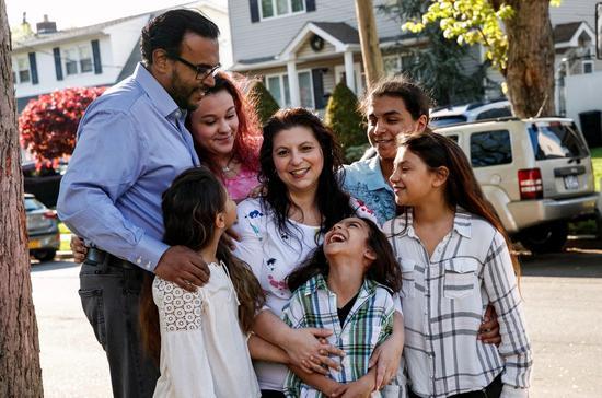 帕兹和她的外子以及他们的5个孩子 (图源:NY Post)