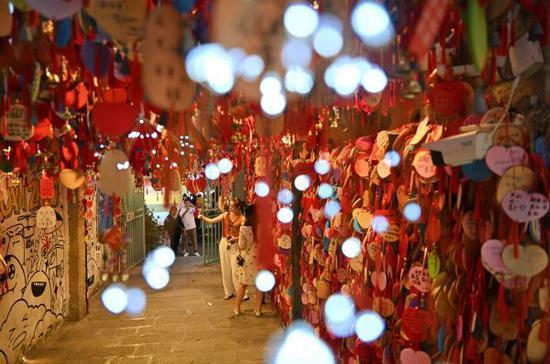 """7月28日,游客在福建省泉州市的""""网红景点""""小西埕游览拍照。新华社"""