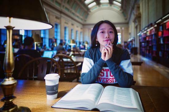 经过一段治疗后的2019年10月,赵上上在哈佛图书馆。