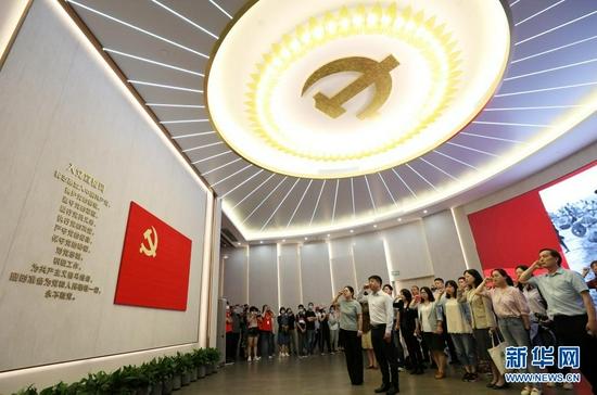 6月3日,党员在全新开馆的上海中共一大纪念馆里重温入党誓词。新华社记者 刘颖 摄