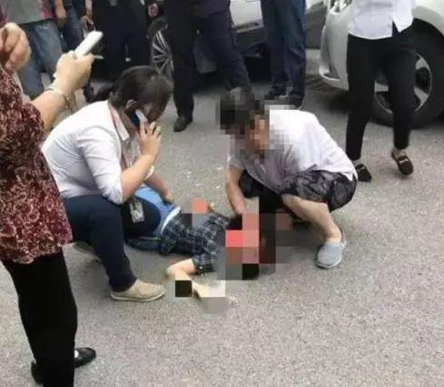 南京10岁女童被砸伤现场