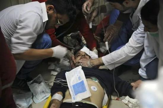 4月7日,在叙利亚大马士革,一名男子在医院接受治疗。新华社/美联