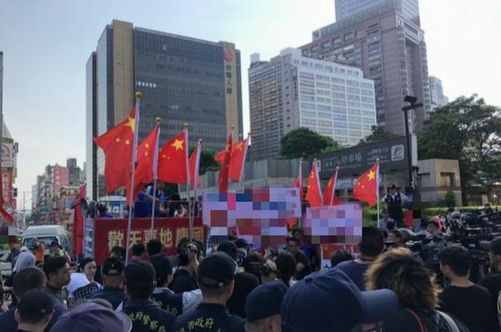统促党手持五星红旗。(图:台媒)