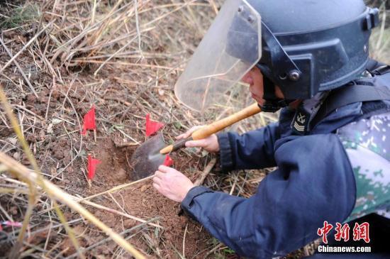 资料图:搜排手发现地雷。 蒋雪林 摄