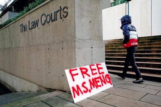 """12月10日,添拿大不列颠哥伦比亚省最高法院,第二场孟晚舟的保释听证会举走当天,有民多在法院外摆放""""开释孟女士""""的标语。图/视觉中国"""