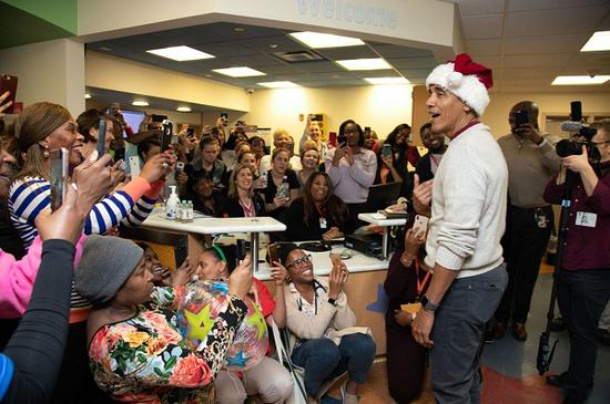 奥巴马扮圣诞老人送惊喜 扛麻袋送孩子们礼物(图)