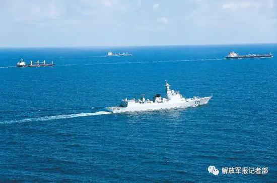 第10批护航编队海口舰为商船护航。(自在军报原料图片)