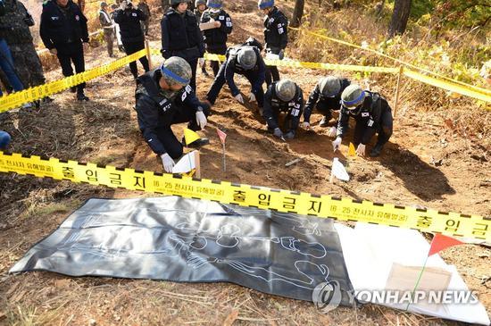 韩国军人在三八线附近发掘遗骸(韩联社)