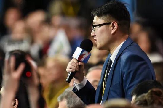 12月20日,新华社记者在俄罗斯总统普京年度记者会上挑问。