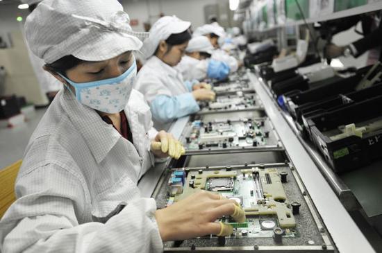 深圳富士康工厂的工人 图自美媒CNBC