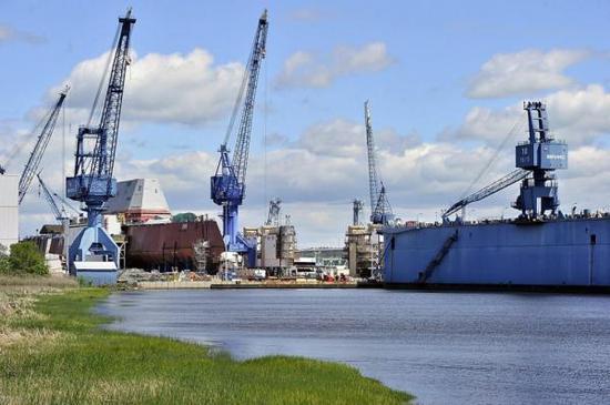 """此前因为巴斯钢铁船厂忙于建造""""朱姆沃尔特""""级驱逐舰,该厂在""""伯克""""级建造方面进度要落后于英格尔斯船厂"""