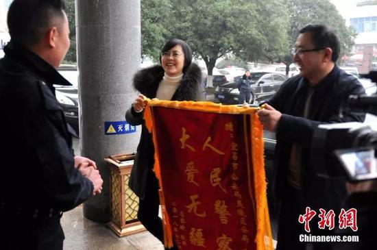 左容瑜和父亲4年后给朱茴送来锦旗