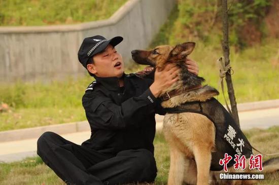"""朱茴和他的警犬""""奥震"""""""