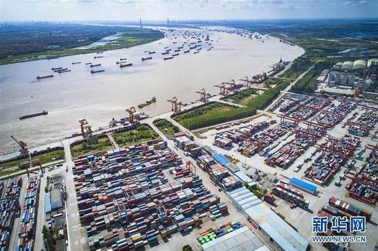 这是武汉长江中游航运中心核心港阳逻港(2018年8月13日无人机拍摄)。新华社记者肖艺九摄