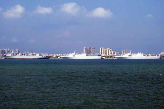 查干湖舰与071型综合登陆舰