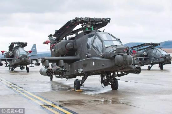 """▲资料图片:2017年2月22日,德国拉姆斯泰因,美军""""阿帕奇""""武装直升机停在美空军基地,将参加北约""""大西洋决心""""联合军演。"""