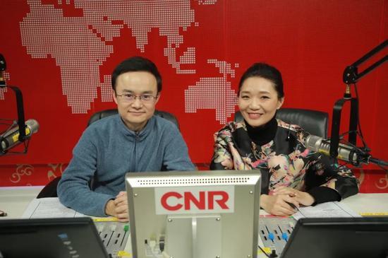 中央广播电视总台央视主持人徐卓阳(左)、央广主持人郭静(右)