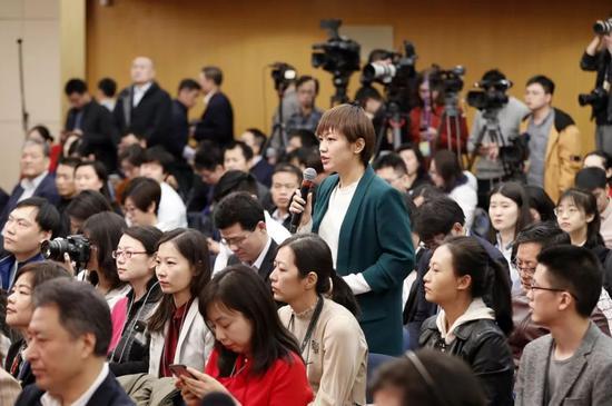 3月11日,新闻中心记者会上,记者在提问。新华社记者沈伯韩摄