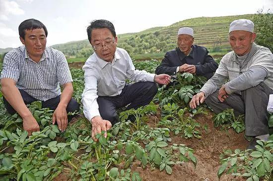 马志宏(左二)