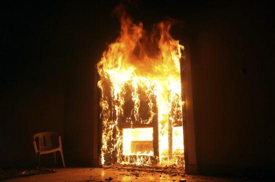 2012年9月11日,在利比亚班加西,美国领事馆遇袭,美国驻利比亚大使克里斯托弗·史蒂文斯等4名美国外交人员死亡。 (新华社发)